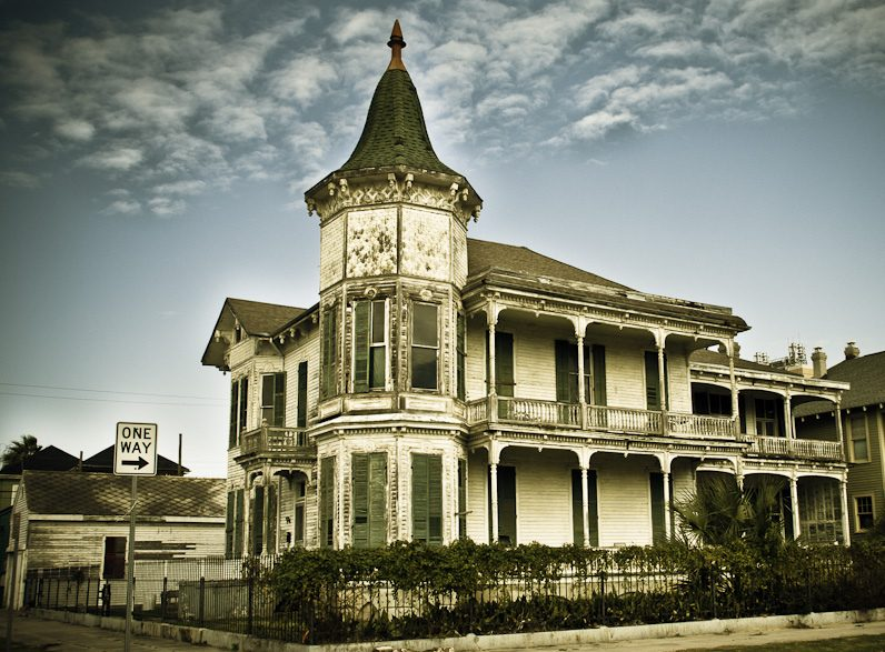 Photo of Galveston House in Texas that looks like a haunted house